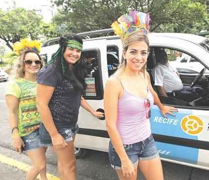 Liliane e suas amigas preferem o conforto do táxi (ANNACLARICE ALMEIDA/DP/D.A PRESS)