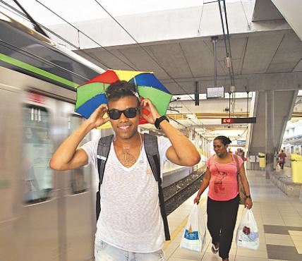 Fernando, que mora em Jaboatão, escolheu ir de metrô (TANIA PASSOS/DP/D.A PRESS)