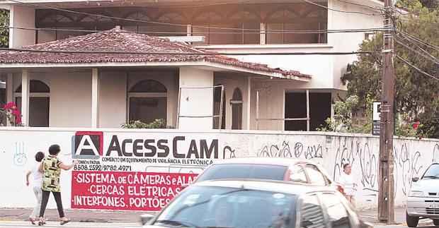 Casa na esquina da Avenida José Bonifácio com a Rua Padre Anchieta, na Torre, virou ponto de uso de drogas (NANDO CHIAPPETTA/DP/D.A PRESS)