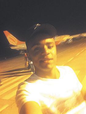 Adriano postou, em seu perfil, uma foto em pista de pouso (FACEBOOK/DIVULGACAO)
