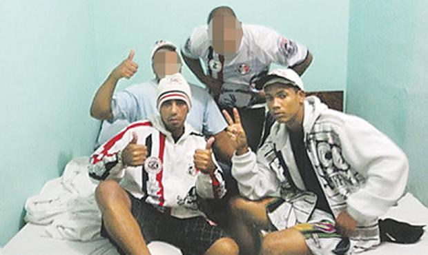 Registro encontrado no Fotolog de Everton Filipe, conhecido como Ronaldinho, mostra a amizade dele com Waldir Pessoa, o último dos suspeitos preso (REPRODUÇÃO)