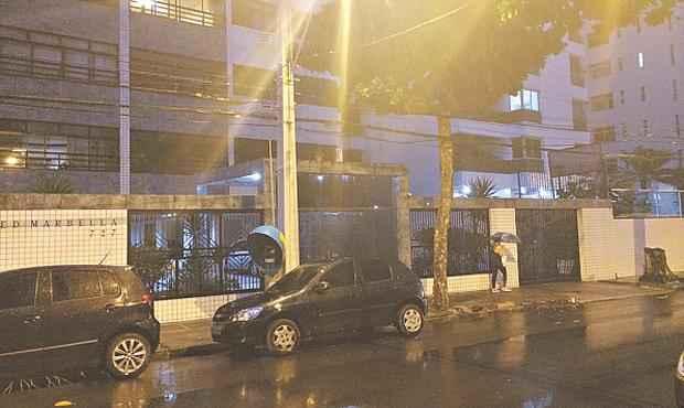 Cirurgião foi abordado em frente ao prédio onde vivia, no bairro de Boa Viagem (WAGNER OLIVEIRA/DP/D.A PRESS)