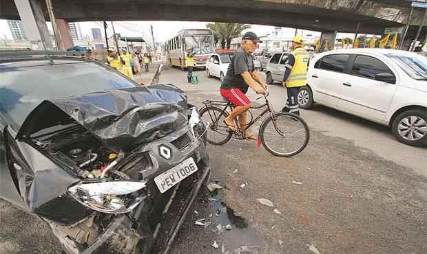 Sandero dirigido pelo garoto de 12 anos ficou destruído após se chocar contra coletivo na Avenida Caxangá (ALLAN TORRES ESP DP/D.A PRESS)