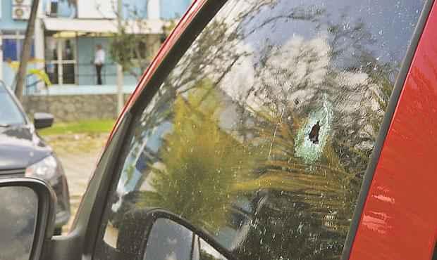 Viatura atingida por disparo é um Fox vermelho, que está no pátio do DHPP, no bairro do Cordeiro (TERESA MAIA/DP/D.A PRESS)