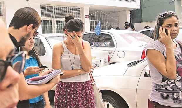 Universitários foram à delegacia prestar queixa após não conseguirem manter contato com os donos da empresa (ALLAN TORRES ESP DP/D.A PRESS)