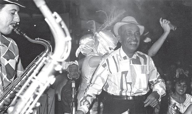 Nelson Ferreira em um baile carnavalesco no Clube Português (FOTOS: ARQUIVO/DP/D.A PRESS)