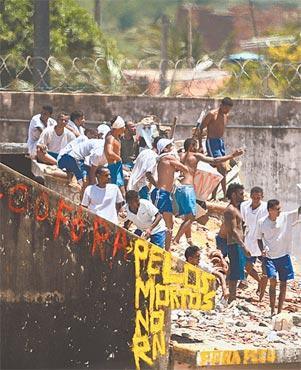 Penitenciária se transformou em um campo de batalha (ANDRESSA ANHOLETE/AFP)