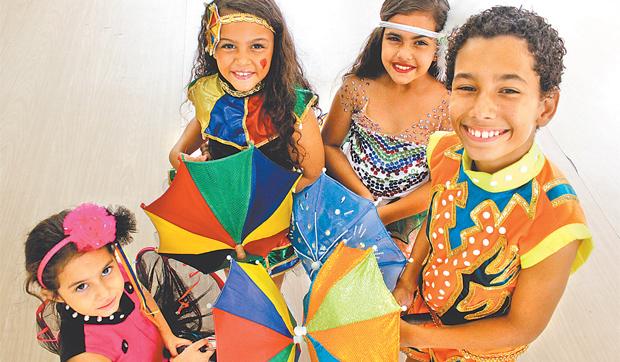 Turma da escolinha de dança Maestro Fernando Borges é craque nas acrobacias típicas do frevo (Shilton Araujo/Esp.DP )