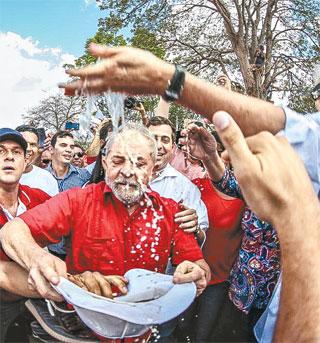 Lula foi cercado pelos militantes no canal da obra (RICARDO STUCKERT/INSTITUTO LULA)