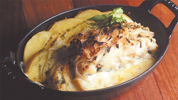 O nome do prato do Castelus, na Várzea, é Bacalhau único, mas serve bem duas pessoas (Dany Canel/Divulgacao )