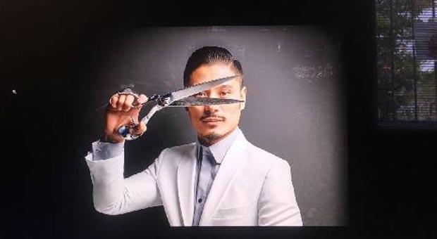 Alexandre abandonou a carreira de advogado para dedicar-se às linhas e agulhas de seu ateliê (Alexandre Won/Divulgacao )